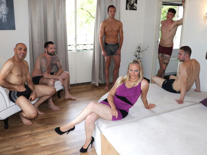 Film Squirt-MILF Tyra pakt 5 mannen tegelijk